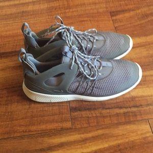 Nike size 8 gray like new